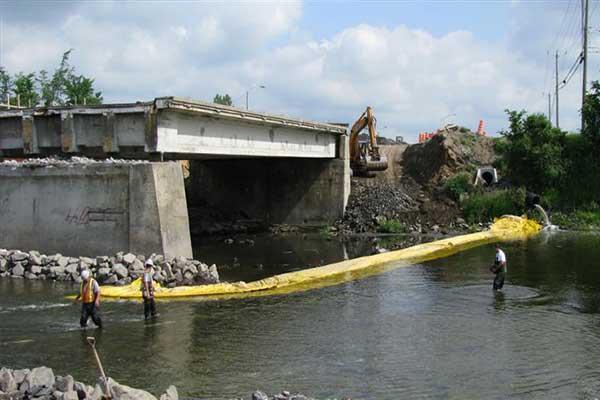 cofferdam nel fiume per lavori in pile