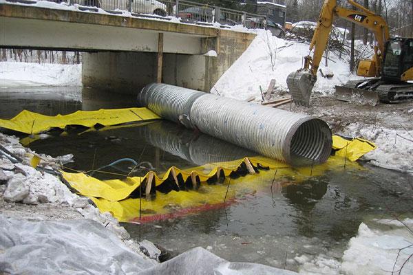 Installazione di due cassonetti Water-Gate © testa a coda con tubo di bypass posizionato sulle dighe flessibili.
