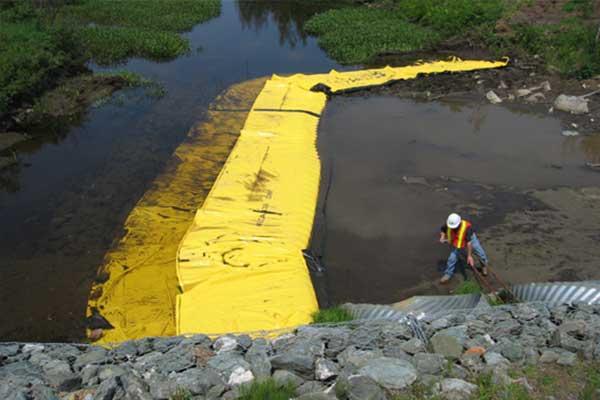 """"""" Lavori fluviali. Cofferdams flessibili Water-Gate ©. Installazione a L a valle. Ugello, deviazione di un flusso."""""""