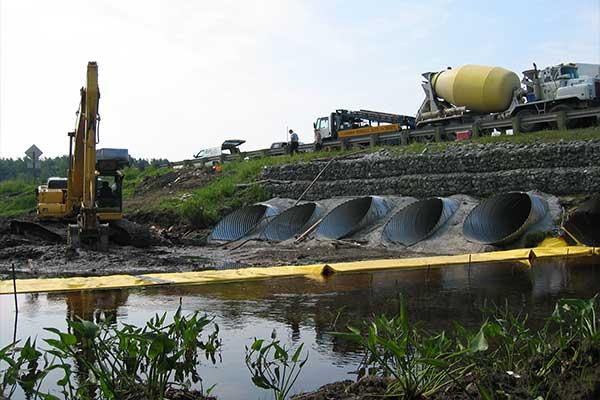 Lavori fluviali. Cofferdams flessibili Water-Gate ©. Installazione a L a monte. Ugello, deviazione di un flusso.
