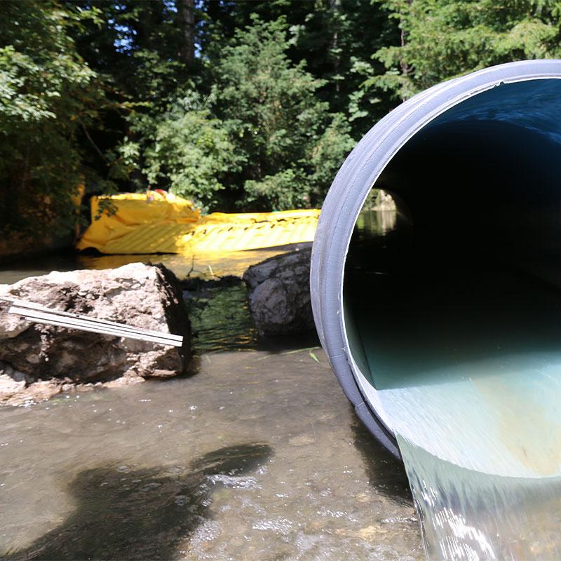 Deviazione del fiume Seymaz a Ginevra con una cofferdam flessibile Water-Gate © e un tubo corrugato a doppia parete.