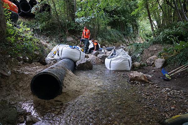 Iniezione di un tubo ECOPAL con argilla, lato a monte. Fine che riceverà il bordo d'attacco della cofferdam flessibile Water-Gate ©