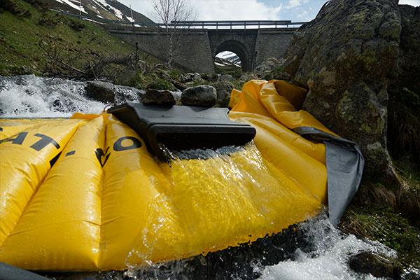 Cofferdam flessibile Water-Gate © installato su un braccio di un fiume di montagna con sbarramento di superficie DS-1200 senza tubo flessibile.