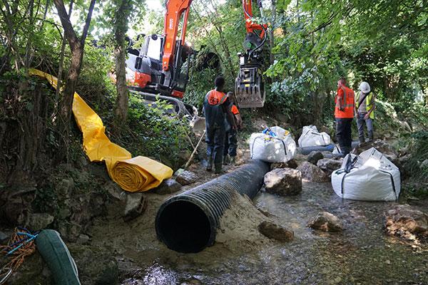 La diga flessibile Water-Gate © viene srotolata direttamente nel letto del fiume su argilla e pietre poste sul fondo.