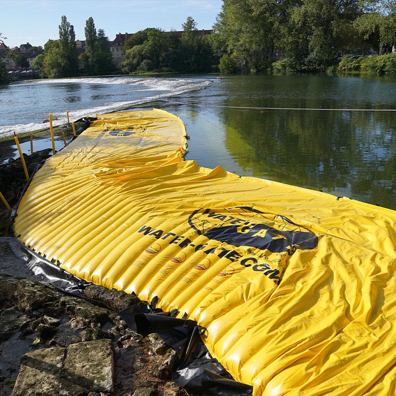 Prosciugamento di un braccio del fiume sul Doubs. La paratoia flessibile è posizionata in riva sinistra nel prolungamento della soglia di Dole.