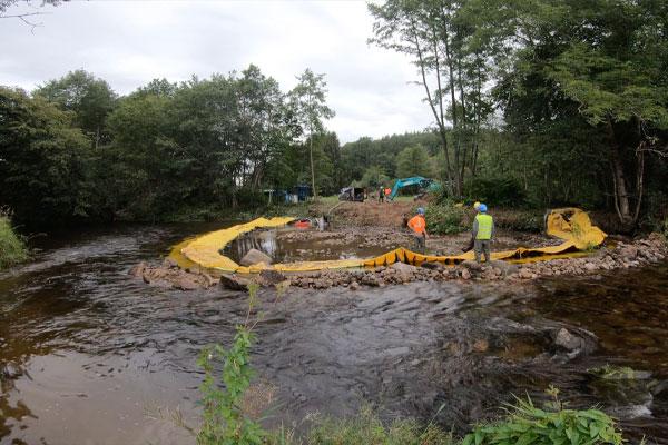 Vista a monte. Installazione Water-Gate © a U | Installazione in un fiume parallelo alla corrente.