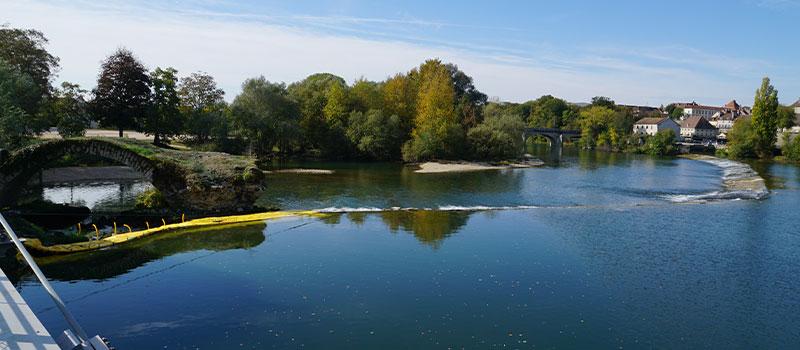 Cofferdam flessibili Water-Gate© installati come prolungamento della soglia di Dole sul Doubs per la riparazione di un arco classificato monumento storico