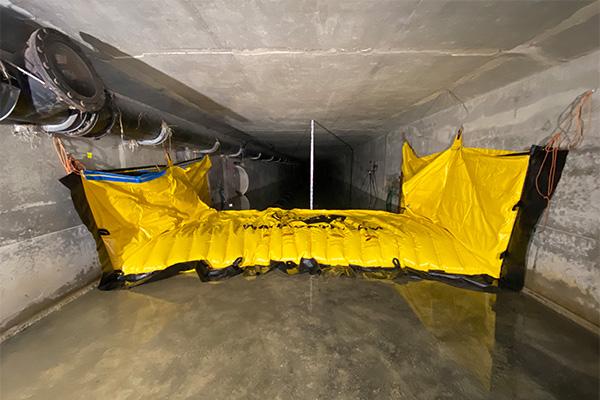 Cofferdam flessibile Water-Gate © WA-3930 installato in un telaio di cemento. Nessun ancoraggio al suolo.