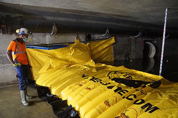 Installazione di una cofferdam flessibile WA-3930 in un canale sotterraneo di calcestruzzo prefabbricato.