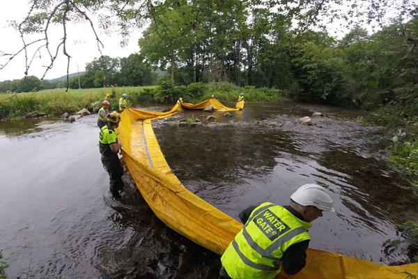 Il bordo d'attacco è tenuto fuori dall'acqua per evitare che la diga si riempia prima che il posizionamento sia completo.